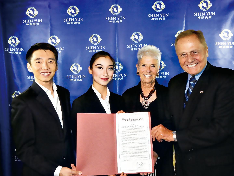 紐約州參議員John Bonacic(右一)和太太(右二)4 月29 日趕往演出的劇院,向神韻藝術團代表頒發褒獎。(衛泳/大紀元)