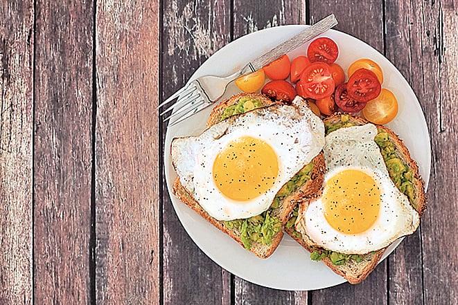 將泥狀牛油果、煎蛋鋪在麵包片上,就是一道美味健康的早餐。