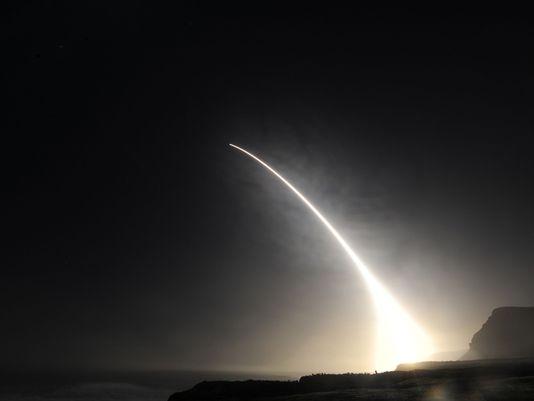 2月20日晚間,美國空軍在加州范登堡空軍基地成功試射了一枚沒有加裝彈頭的民兵3型洲際彈道飛彈。(美國空軍)