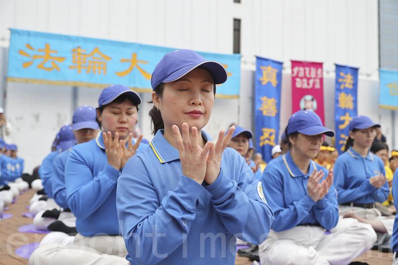 4.25前夕,來自亞洲多個國家和地區的法輪功學員齊集香港,早上並在中環一廣場煉功。(余鋼/大紀元)