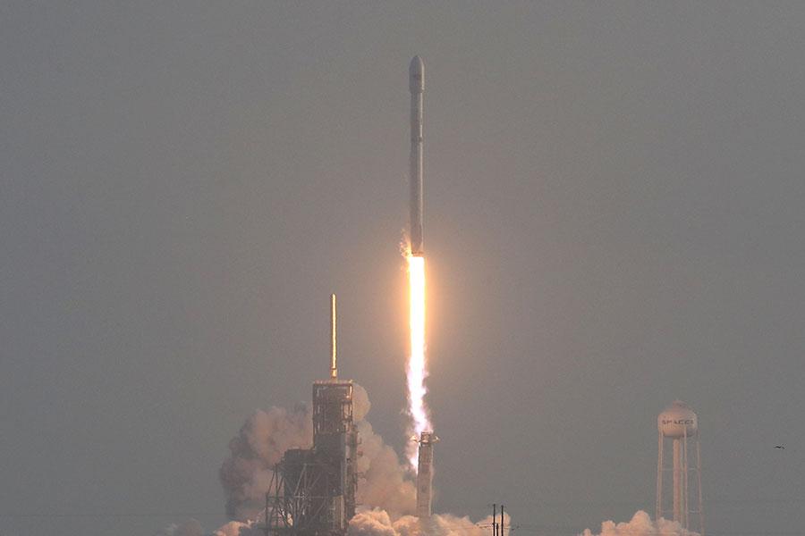 SpaceX(太空探索技術公司)在5月1日早上發射一顆機密的美國間諜衛星,然後成功回收了一級火箭。(Joe Raedle/Getty Images)