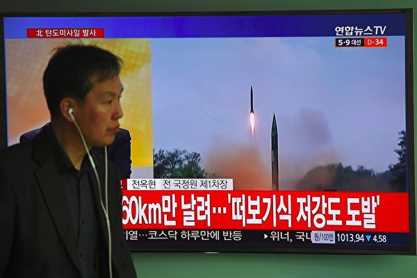 朝鮮半島局勢升級之際,習近平與美國總統特朗普頻頻互動;大陸學者分析,這是因為中美雙方都已經意識到朝核問題到了非解決不行的地步。學者還認為,就目前局勢來看,朝鮮半島爆發武力衝突的可能正在加大。(JUNG YEON-JE/AFP/Getty Images)