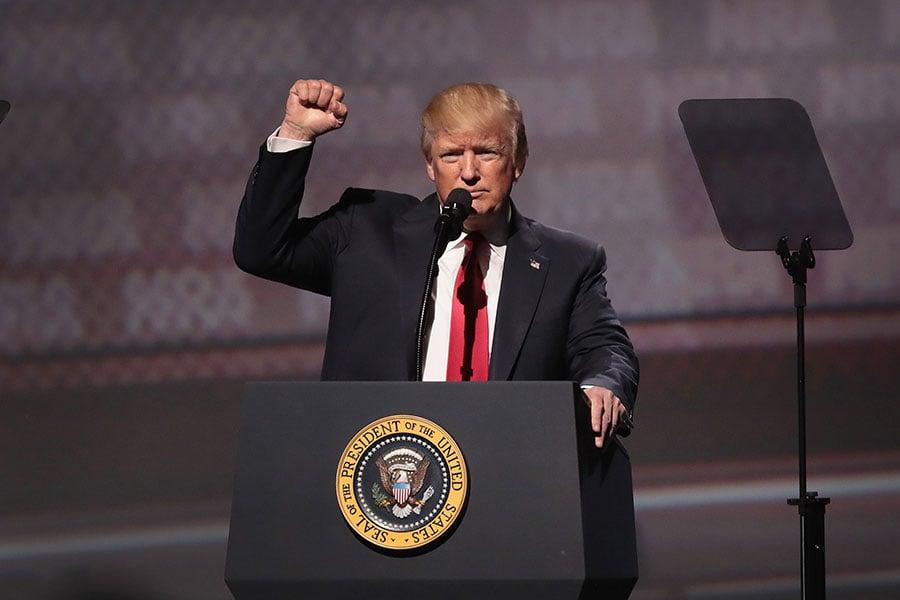 美國總統特朗普預計將於當地時間1月12日宣佈,是否按2015年的伊朗核協議,豁免對伊朗的制裁。(Scott Olson/Getty Images)