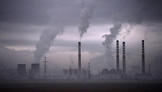 大陸一些企業將有毒廢氣、煙塵等直接排入大氣,致使污染日益嚴重。(網絡圖片)