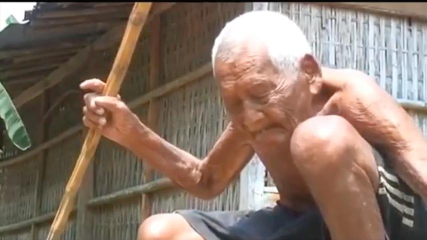 居於印尼爪哇的老人戈多(Mbah Ghoto)於日前(4月30日)去世,根據他的身份證件顯示其出生於1870年12月,享壽146歲,為世上最長壽的人。(視像擷圖)