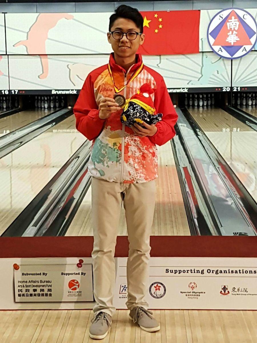 香港選手余浩然在單子單打比賽中榮獲銀牌。(由香港保齡球總會提供)