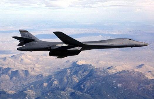 美軍5月1日派出有「死亡天鵝」之稱的兩架B-1B戰略轟炸機飛越朝鮮半島上空,特別是非軍事區(DMZ)上空進行軍事威懾。圖為B-1B轟炸機。(美國空軍)