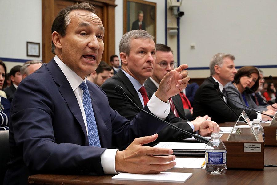 美國聯合航空公司上個月的強行拖人下機事件已驚動國會。眾議院周二(5月2日)召開聽證會,質問以聯航為主的多家航空公司高管的客戶服務問題。(Chip Somodevilla/Getty Images)