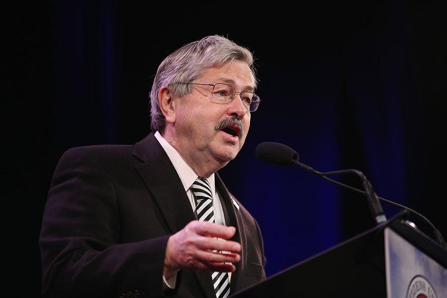 5月2日,被特朗普任命為美國駐華大使的艾奧瓦州州長、習近平的老朋友布蘭斯塔德(Terry Branstad)接受參議院外交關係委員會(Foreign Relations Committee)的第一次聽證。(Scott Olson/Getty Images)
