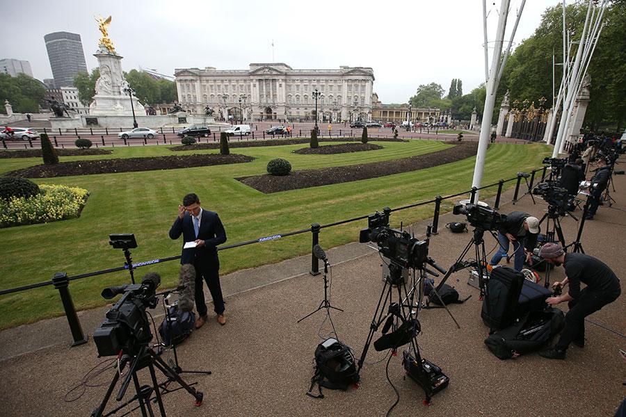 外媒今天(4日)紛紛報道,英國白金漢宮緊急傳召皇室於全國的所有人員,於當地時間今天早上回宮開會的消息,引起各種猜測。(Daniel LEAL-OLIVAS/AFP)