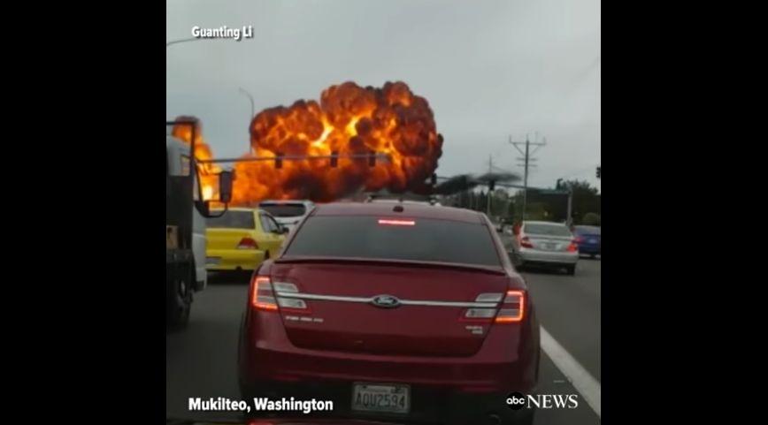 周二(5月2日),一架單引擎飛機在美國華盛頓州馬科爾蒂奧(Mukilteo)一條繁忙道路上空撞上電線後爆炸起火,成為一個火球。(視像擷圖)