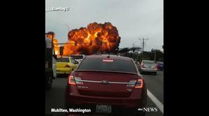 美小飛機迫降繁忙道路 爆炸成一團火球