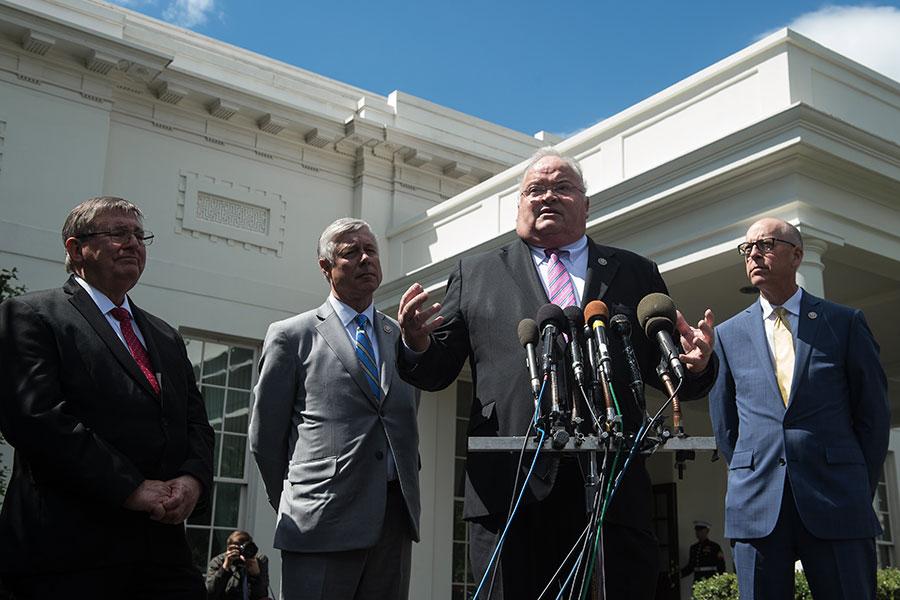 5月3日,四名眾議員在白宮會見特朗普總統之後告訴記者,總統支持他們對共和黨健保法案的修改意見,因此他們現在支持健保法案。這四名眾議員分別是(從左到右):伯吉斯、阿普頓、比利・朗和瓦爾登。(NICHOLAS KAMM/AFP/Getty Images)