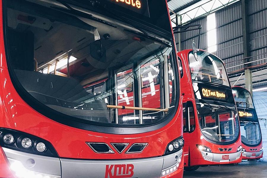 九巴今日(4日)下午發佈新一代巴士設計,從外貌以至車廂設計均大幅革新,其中新巴士車身將漆上九巴傳統的紅色,配以銀色企業標誌和拉花線條,以時尚形象示人。(九巴)