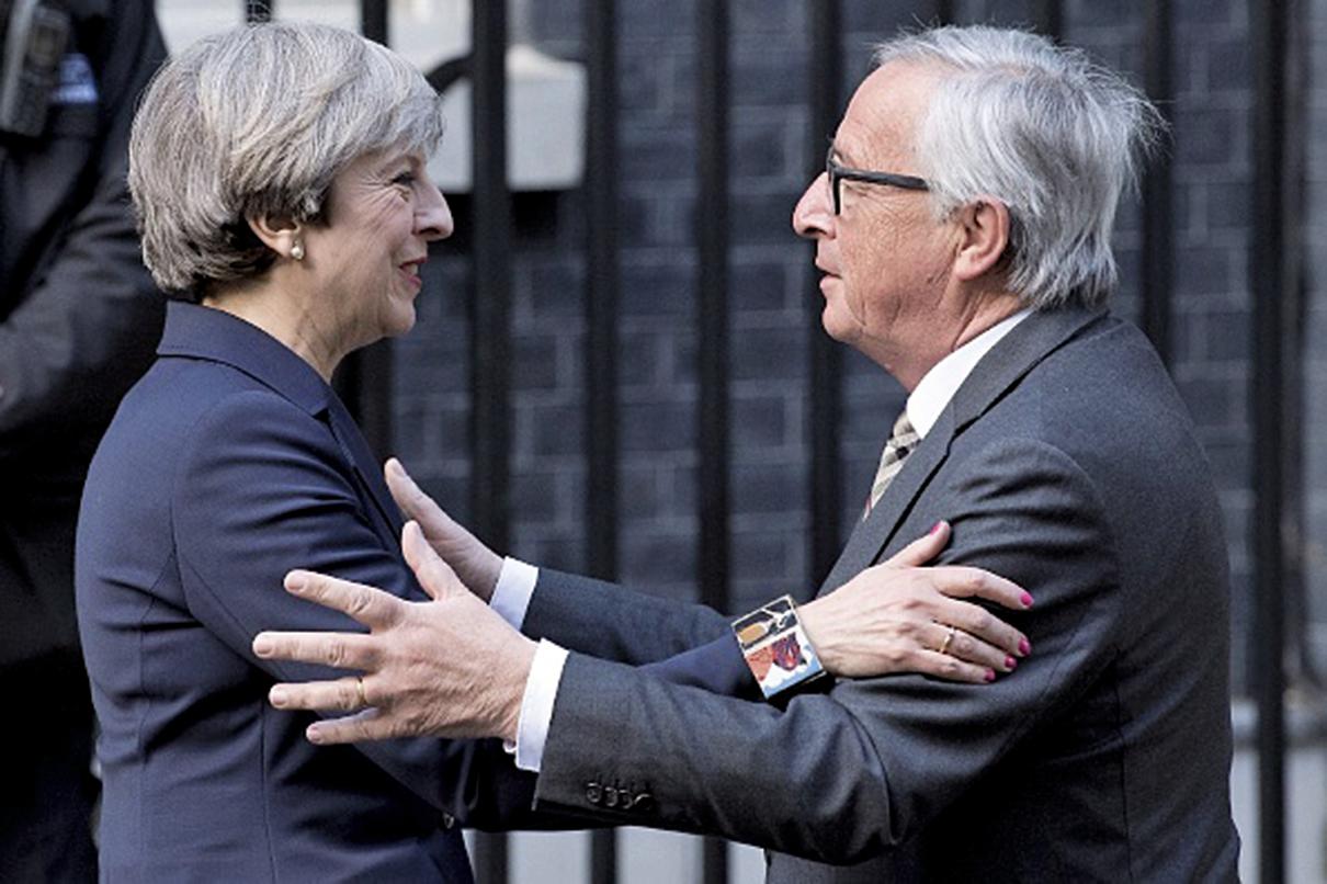 英國首相文翠珊上周在唐甯街宴請歐盟委員會主席容克。德國媒體報道說,由於立場差異太大,晚宴不歡而散。(AFP)