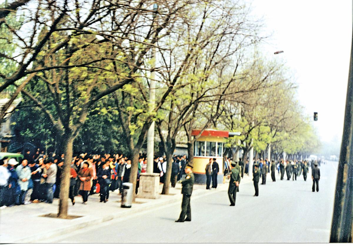 1999年4.25日上訪的法輪功學員人數雖然很多,但非常平和自律,既沒有標語口號,也沒有阻塞交通,靜靜等待著向國務院信訪辦反映情況,見證的路人稱道「從未見過這麼高素質的人。」(明慧網)