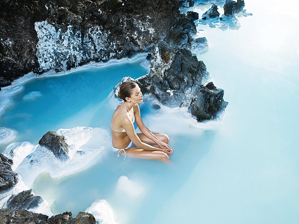 冰島藍潟湖溫泉環境宜人,可以令人身心放鬆。(網絡圖片)