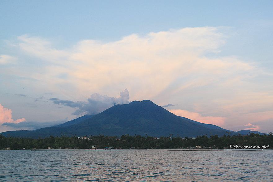 菲律賓呂宋島南部的巴納豪山為該國的聖山,許多教派在此建據點。(網絡圖片)
