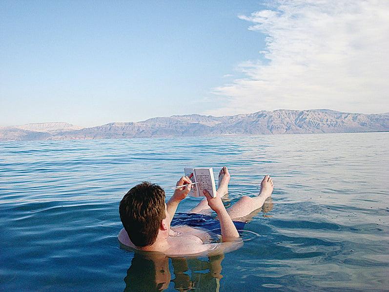 以色列死海的鹽份是一般海水的9.6倍,浮力極強。(網絡圖片)
