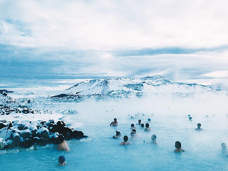 冰島藍潟湖溫泉具有舒緩精神壓力的療效,其白溫泉泥更是美容聖品,許多人一邊泡溫泉,一邊挖湖底白泥敷臉美容。(網絡圖片)