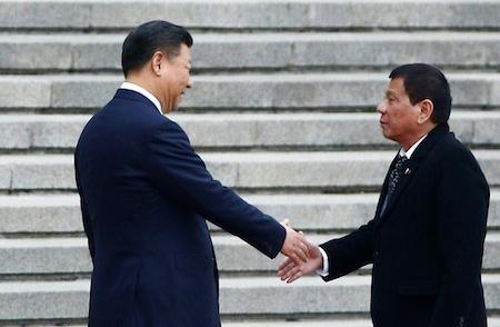 2016年10月20日,習近平在北京與來訪的菲律賓總統杜特爾特握手。(THOMAS PETER/AFP/Getty Images)