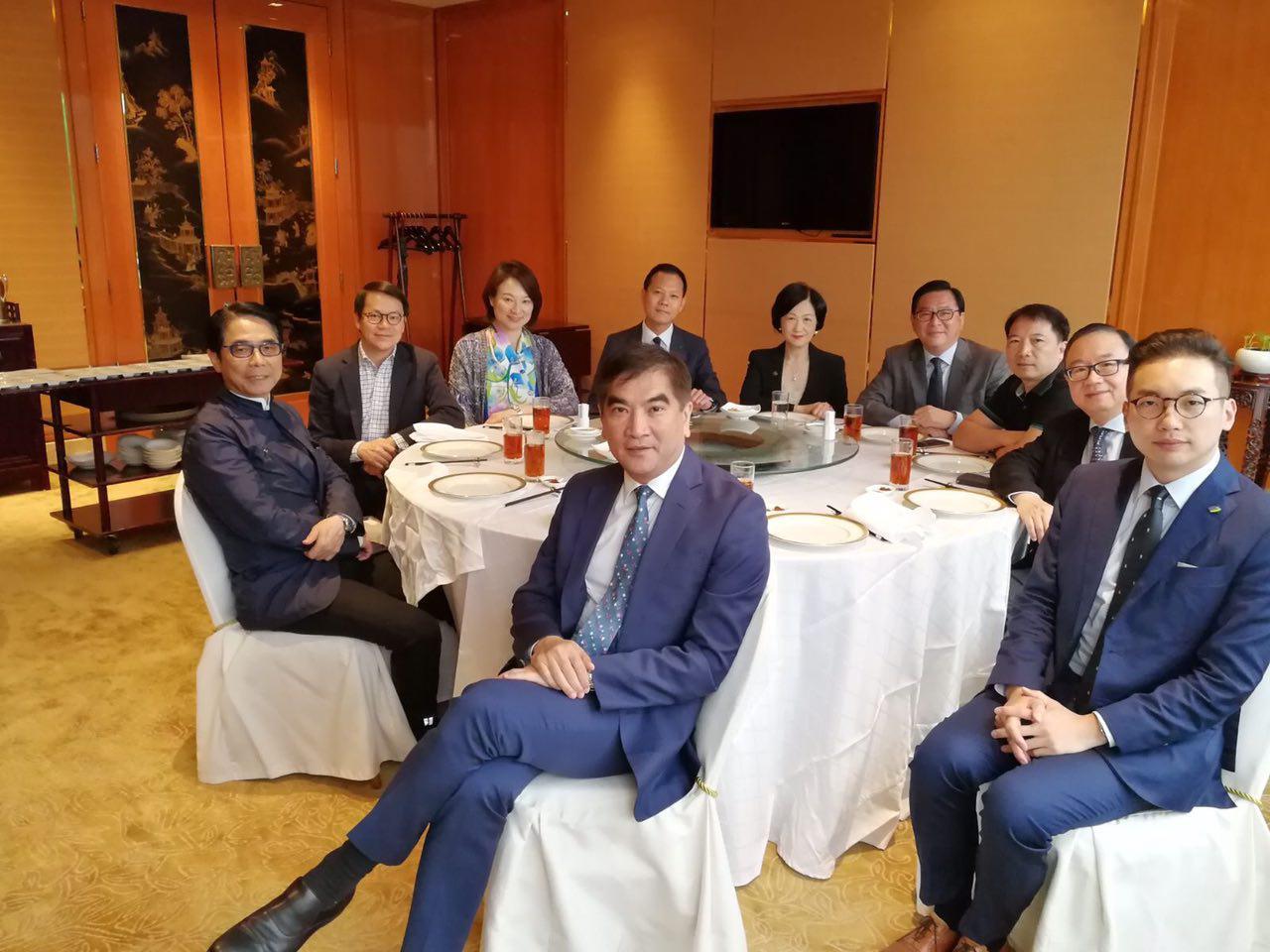 民主派和建制派議員昨日舉行首次飯局,有10人出席,交換各自對不同政策的看法,雙方皆認為氣氛良好。(與會議員提供)