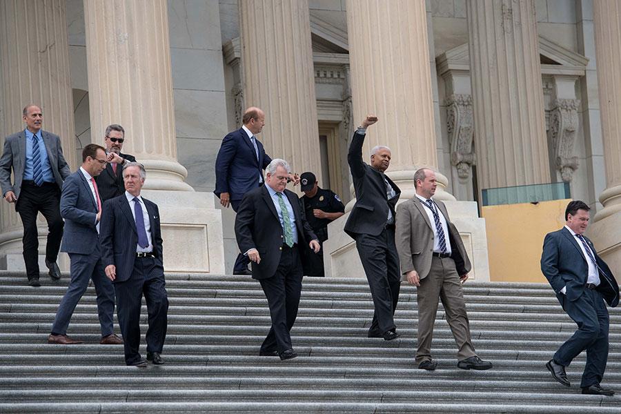 5月4日,眾議員步出國會山。他們剛剛投票廢除和取代了奧巴馬健保法。(Justin Sullivan/Getty Images)