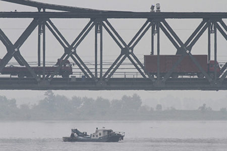 圖為2013年6月24日,中、朝邊境北韓新義州一側。(大紀元資料室)
