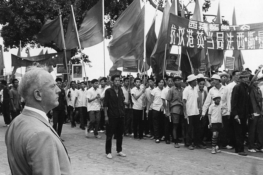 1967年5月21日,英國駐澳門領事館門前,部份澳門居民受文革思潮影響,參加聲援「香港各界反英抗暴」活動,當時的英國駐澳門領事Norman Ions在旁觀看。(Keystone/Getty Images)