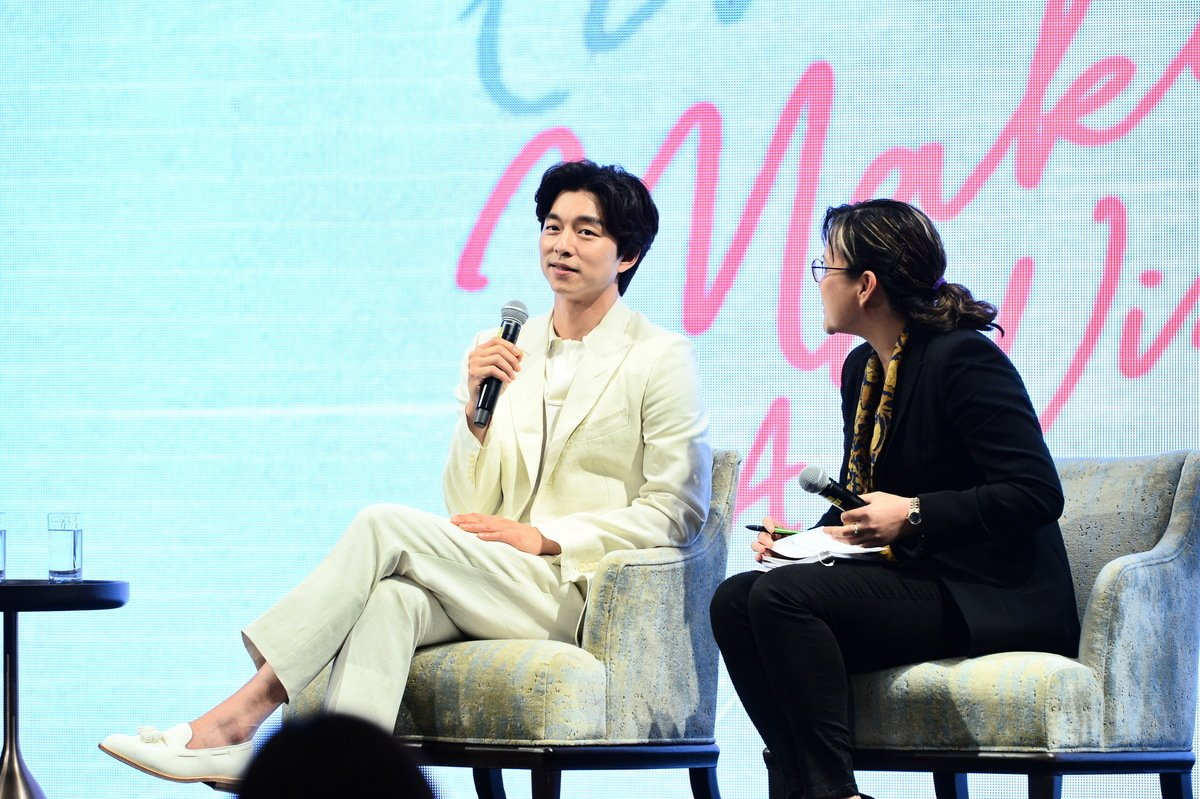孔劉工作態度認真,記者會上他回答主持人森美問題也同樣專業。(宋碧龍/大紀元)