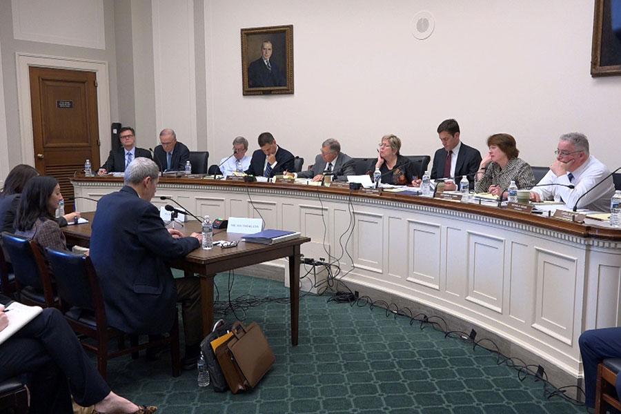 美國國會的美中經濟安全審查委員會星期四(5月4日)聽取專家報告,了解中共控制信息、滲透境外媒體的現實情況。(新唐人電視台擷圖)