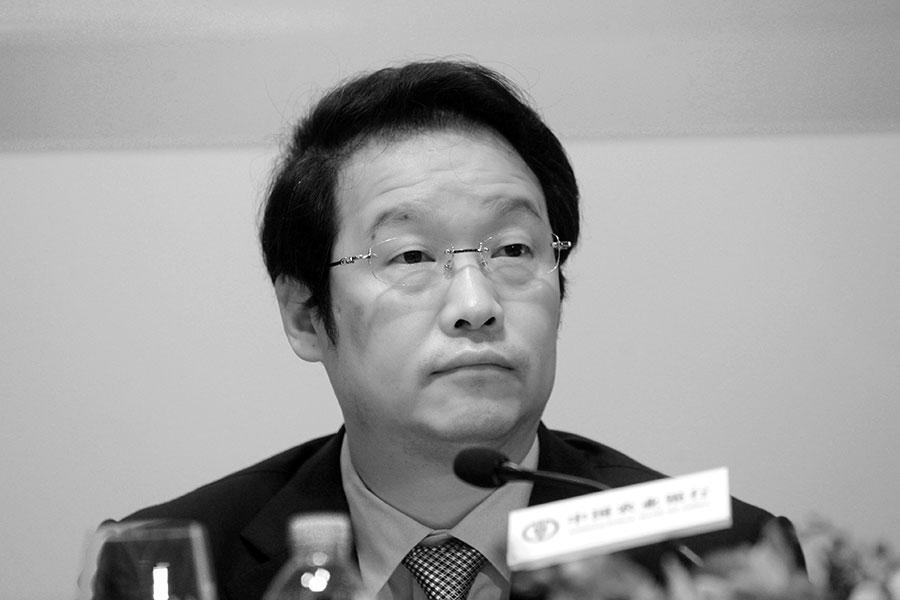 周五(5月5日),中共國務院發佈消息,免去項俊波的中國保險監督管理委員會主席職務。今年4月9日,北京當局宣佈項俊波接受審查,引起軒然大波。(MIKE CLARKE/AFP/Getty Images)