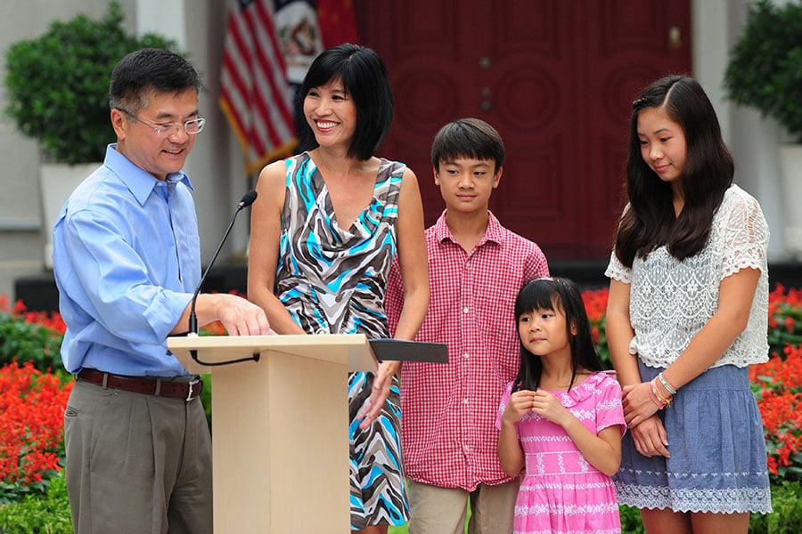 2011年8月剛剛上任駐華大使的駱家輝和家人。(MARK RALSTON/AFP/Getty Images)