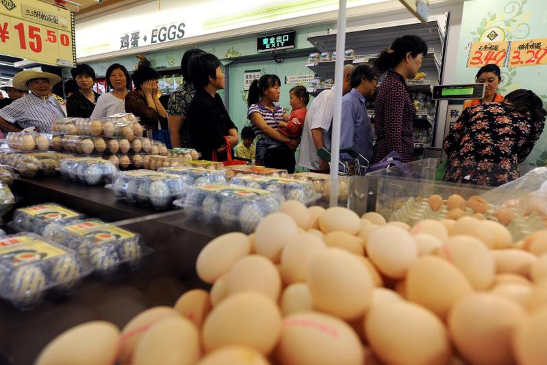 8月大陸CPI同比上漲6.2%,食品因素依然是上漲主因,雞蛋成了「新貴」。圖為今年5月,民眾在合肥一超市內排隊購買打折雞蛋。(圖片來源:STR/AFP/Getty Images)
