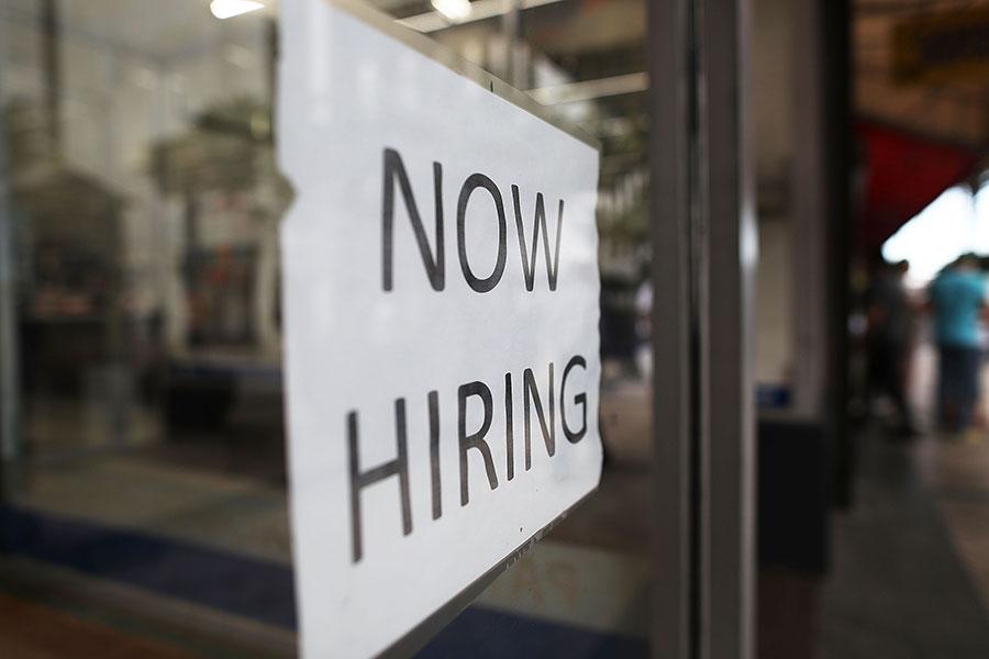 美勞工部周五(5月5日)公佈四月份非農就業報告,上個月增加21.1萬個就業機會,失業率下降到4.4%,為2007年5月以來最低。(Joe Raedle/Getty Images)