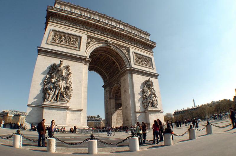 法國總統大選將於明日(5月7日)進行第二輪投票,將選出歷史上首位女總統?或者史上最年輕的總統?圖為法國地標凱旋門。(JEAN AYISSI/AFP)