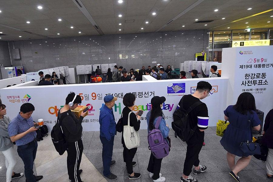 第19屆南韓總統選舉即將於5月9日進行投票,4日與5日先舉行的提前投票率衝出歷史新高。(JUNG YEON-JE/AFP/Getty Images)