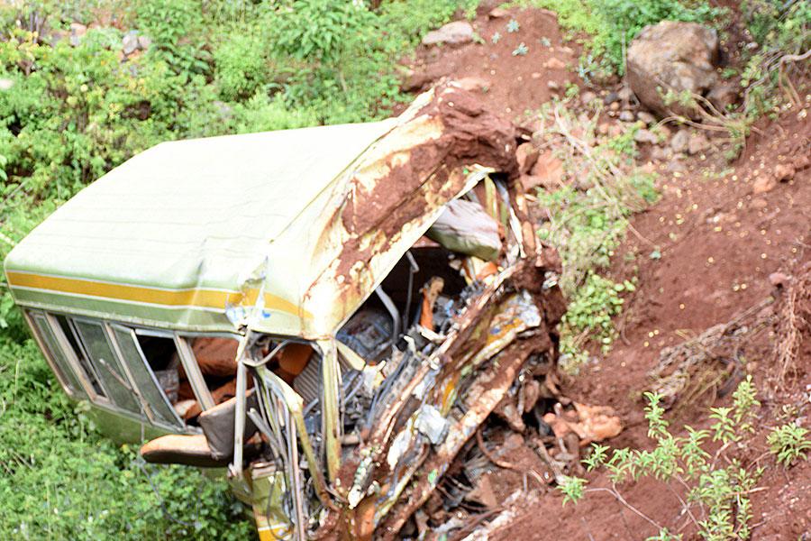 東非的坦桑尼亞於2017年5月6日發生重大車禍,一輛載滿12至13歲學生的巴士翻覆撞毀在山路旁,造成車上師生及司機共36人死亡。(FILBERT RWEYEMAMU/AFP/Getty Images)