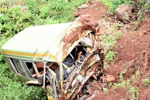 坦桑尼亞重大車禍 學校巴士翻落山路旁36死