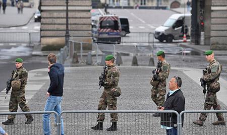 若馬克龍當選,會在巴黎羅浮宮對開廣場舉行勝利集會。圖為法國警方將羅浮宮一帶清場,有持槍軍警巡邏。(Jeff J Mitchell/Getty Images)