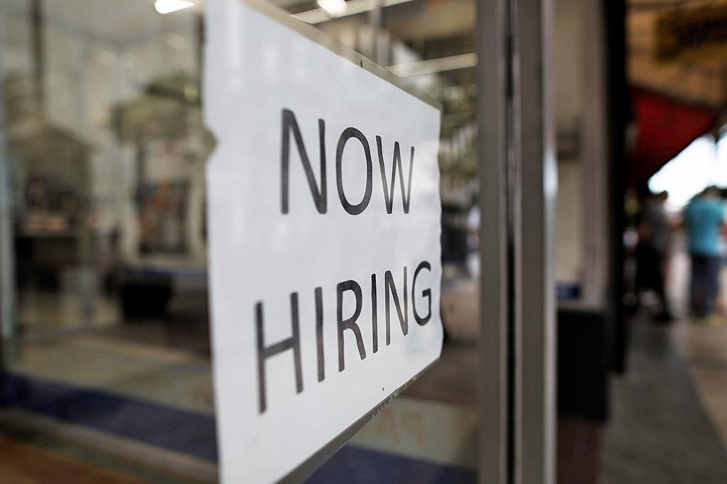 美勞工部5日公佈4月份非農就業報告,上個月增加21.1萬個就業機會,失業率下降到4.4%,為2007年5月以來最低。(Joe Raedle/Getty Images)