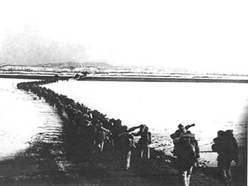 0107響應中共所謂「抗美援朝」的欺騙號召,百萬中國青年喪生異域。圖為1950年10月,中共軍隊越過鴨綠江奔赴北韓戰場。(網絡圖片)