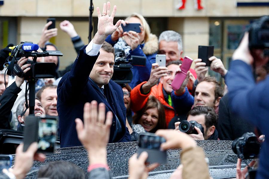 圖為5月7日第二輪投票中,馬克龍與選民會面。(Thierry Chesnot/Getty Images)