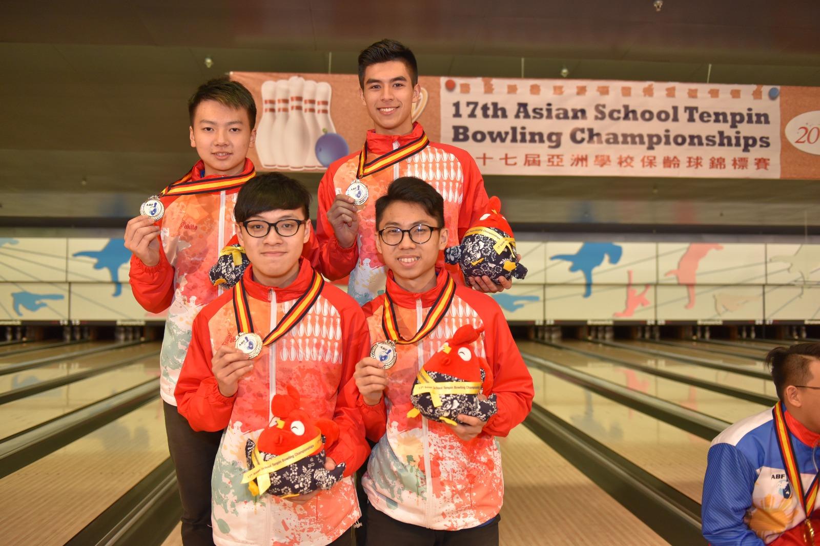 謝晉軒、貝荻、余浩彥、葉俊謙於四人隊際賽中獲得銀牌。(香港保齡球總會提供)