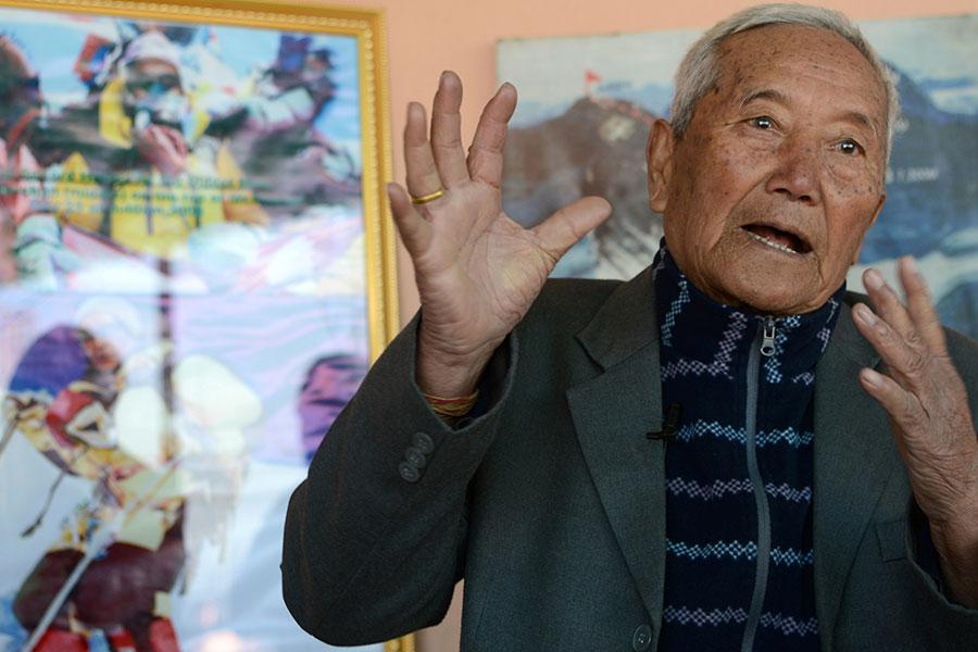 一名85歲的尼泊爾男子謝澈5月6日在試圖征服珠穆朗瑪峰、奪回世界最高峰最老攀登者的桂冠的時候死亡。(PRAKASH MATHEMA/AFP/Getty Images)