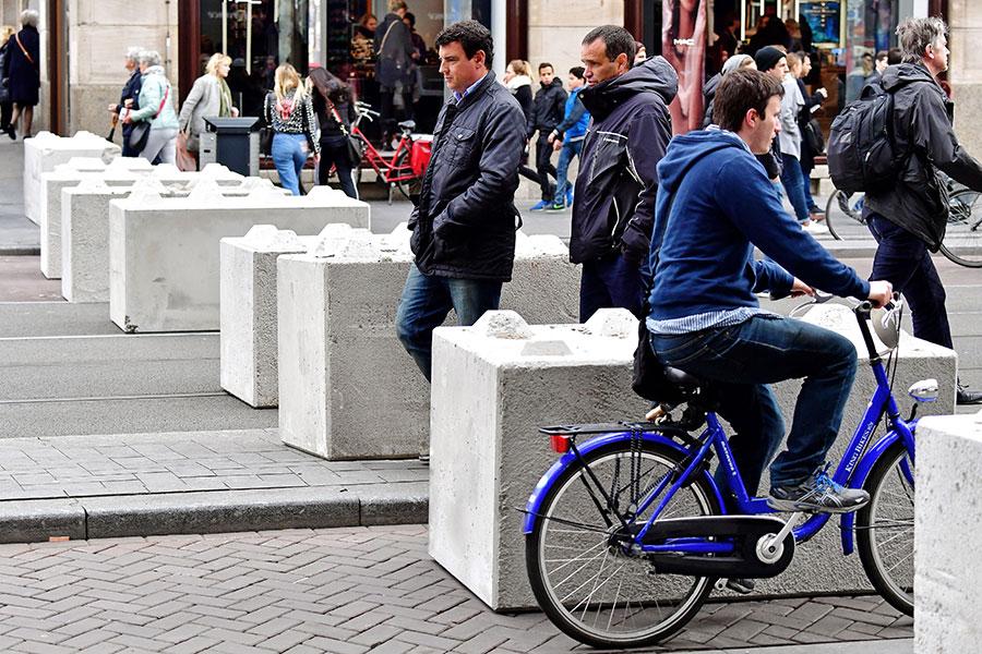 5月4日,阿姆斯特丹舉行二戰死難者紀念的dam廣場周邊,設置了路障加強安全措施。(ROBIN UTRECHT/AFP/Getty Images)