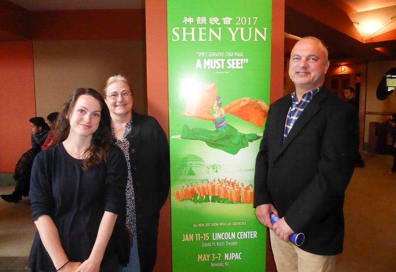 5月7日下午,新澤西一家製藥品質管理公司的資深副總裁Dale Adkisson偕母親和太太一起觀看了神韻國際藝術團在紐瓦克新澤西表演藝術中心(NJPAC)的演出。(良克霖/大紀元)