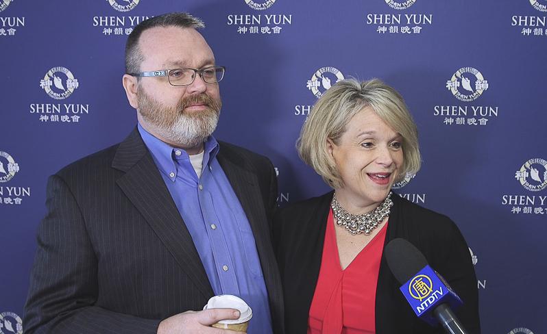 哥倫布市酒店管理集團首席營運長(COO)Kathyrn Burton攜夫婿Shawn Burton接受採訪。(新唐人電視台)