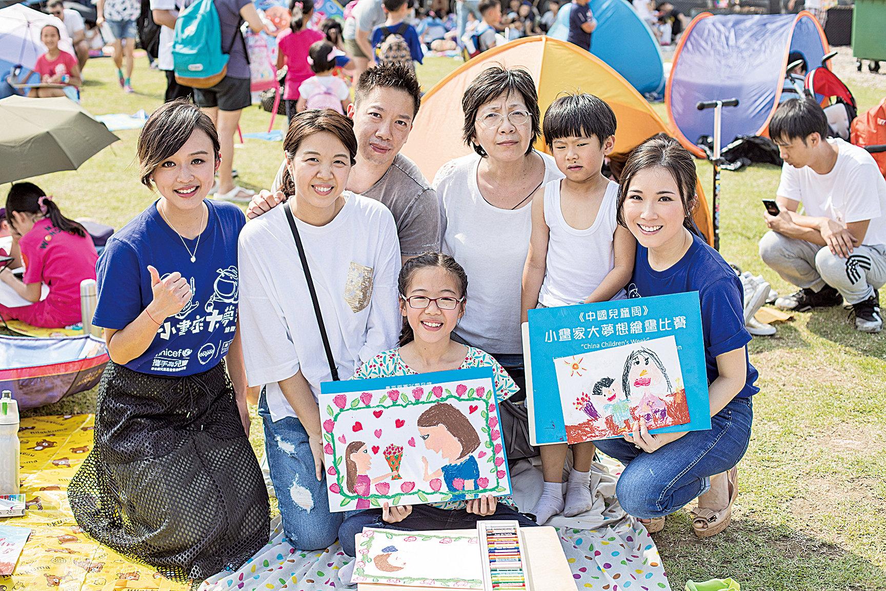 劉倩婷(Sandy)(右一)同陳明憙(左一)出席UNICEF HK親子繪畫慈善比賽活動,為小畫家打氣。(UNICEF HK提供)