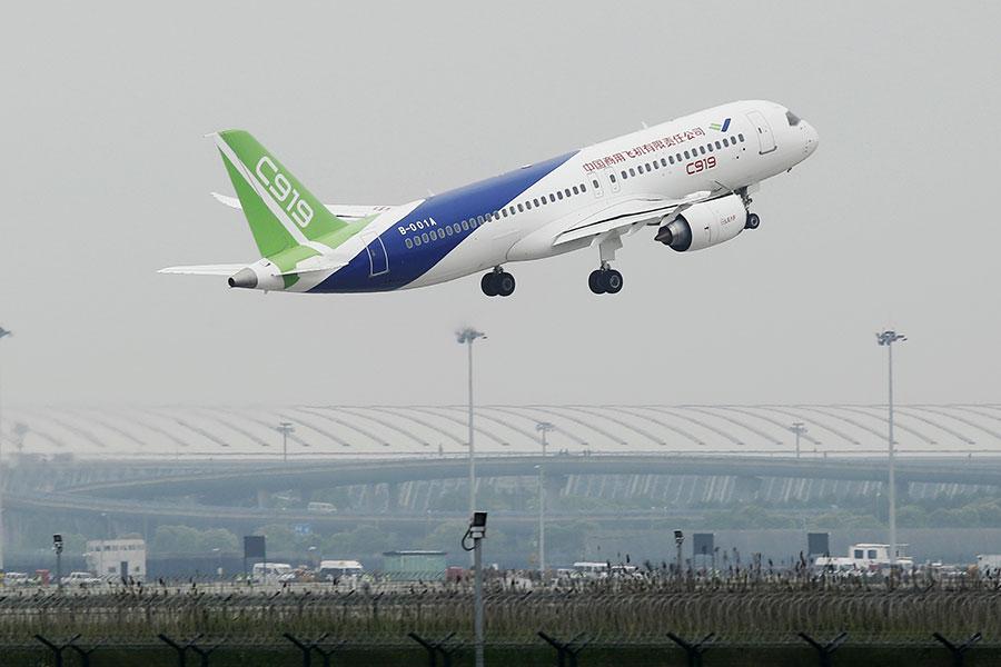 中國大陸「國產」客機C919在5月5日進行首飛,但其安全性備受質疑。(STR/AFP/Getty Images)